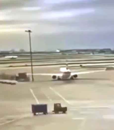 Un Boeing 737 s'écrase contre un lampadaire dans un aéroport