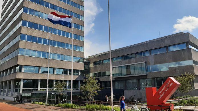 De vlag bij het Eindhovens stadhuis wappert al de hele dag. Om 18.00 uur gaat ze halfstok.