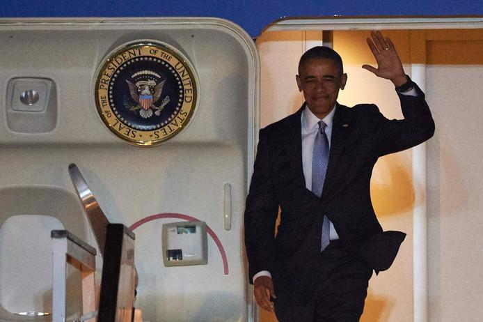 De Amerikaanse president Barack Obama stapt in de nacht van donderdag op vrijdag uit de de Air Force One in Londen.