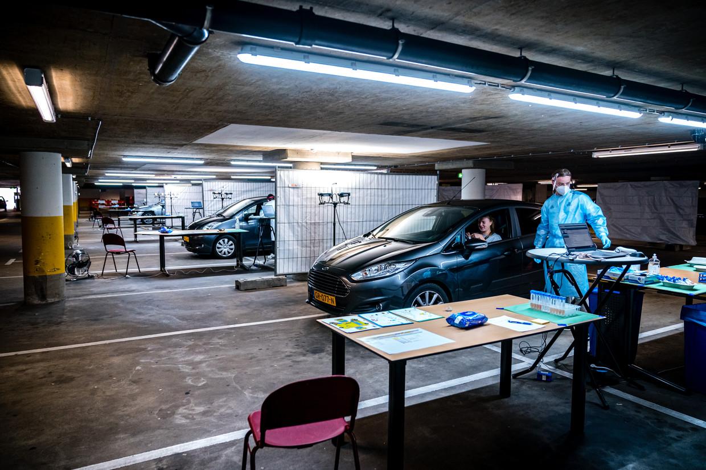 Een coronateststraat in Helmond. GGD-medewerkers die na de test het bron- en contactonderzoek doen klagen over chaotische toestanden. Beeld Hollandse Hoogte / Rob Engelaar