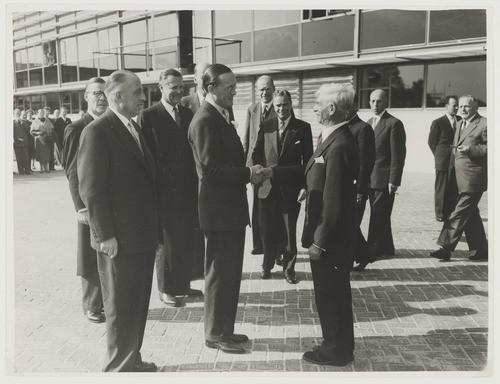 Prins Bernhard bezoekt Etten-Leur voor de opening van het Tomado-gebouw in 1955, schuin achter hem architect Hugh Maaskant. Het lijkt er nu op dat het pand binnenkort gesloopt wordt.