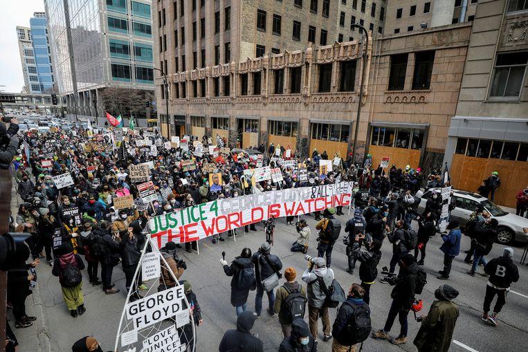 Demonstranten maandag op de straten van Minneapolis tijdens het slotpleidooi in de zaak-Floyd. Beeld REUTERS