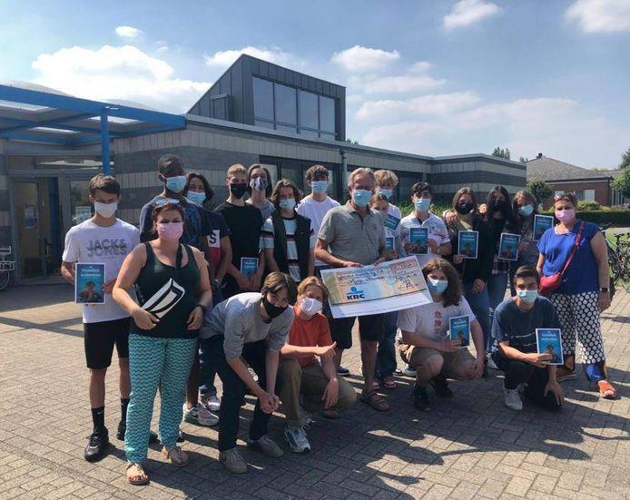 De leerlingen van de Sjabi-school in Puurs-Sint-Amands schonken een cheque aan zwembad Dolfijntje.