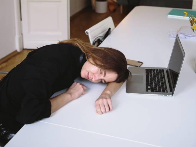 """Eva, Lies, Capucine en Bart vallen in slaap op het werk, net als vele andere Belgen. """"Een nappuccino werkt het best"""", zegt expert"""