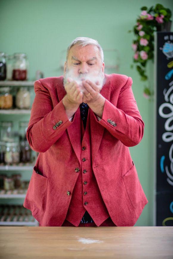 Wim Opbrouck daagt bekend bakkend Vlaanderen uit in het gloednieuwe Bake Off @ Home
