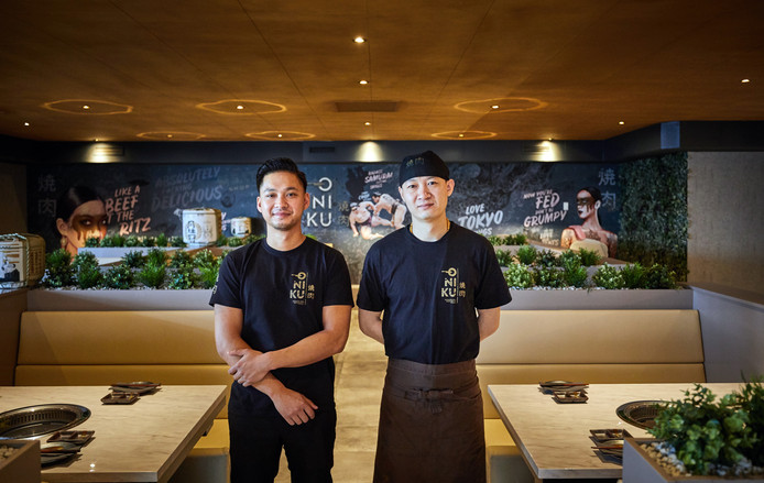 Manager Loi Dihn (l) en chefkok XuZhi Zhao van restaurant Oniku waar je kunt barbecueën op z'n Japans.