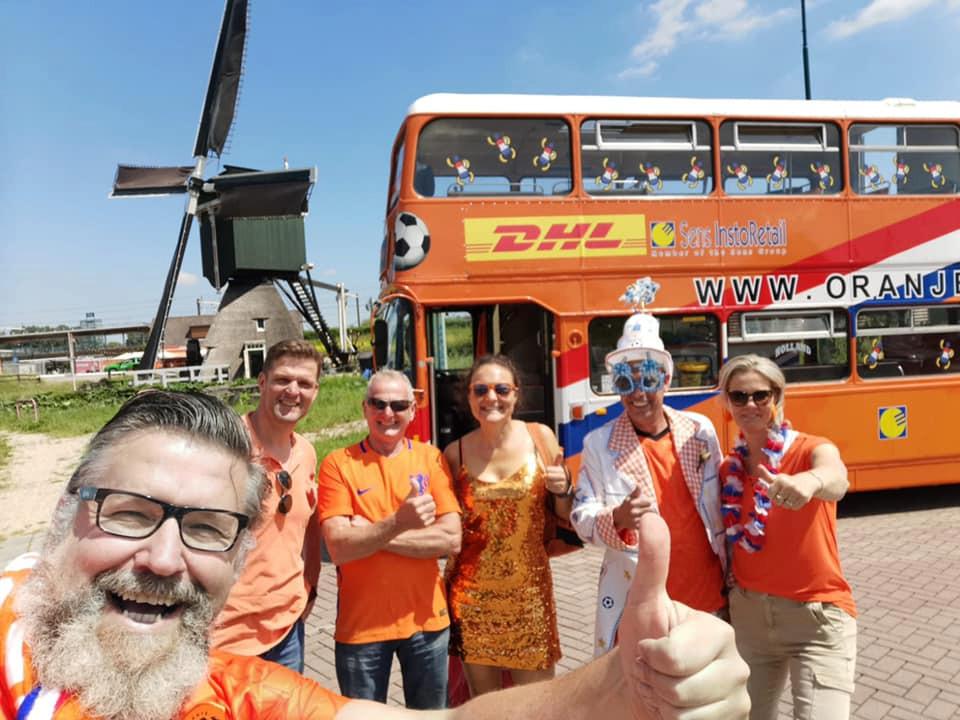 Het is nog maar de vraag of Henk van Beek (l) met de legendarische Oranjebus naar Boedapest kan. De motor is kapot.