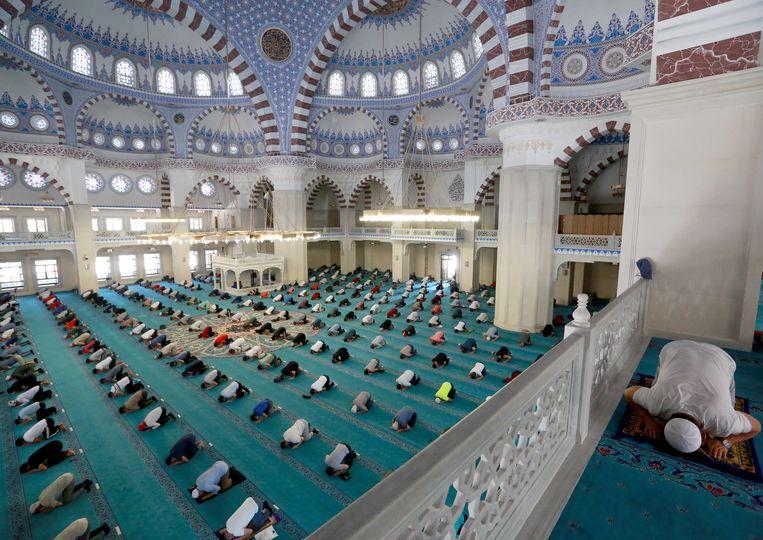 Moslims bidden met respect voor de sociale afstand. Beeld EPA