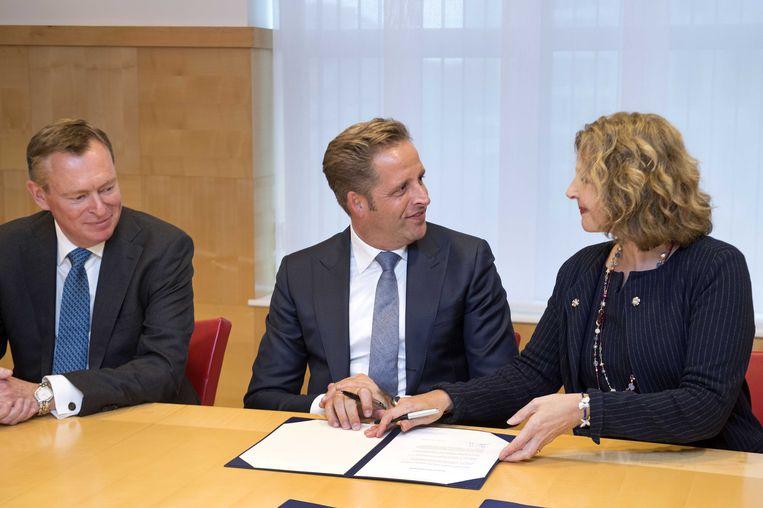 VVD'er Edith Schippers draagt het ministerie van VWS over aan de nieuwe ministers Hugo de Jonge (CDA) en Bruno Bruins (VVD). Beeld anp