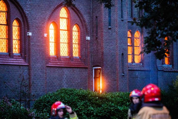 Brandweerlieden bij de kerk.