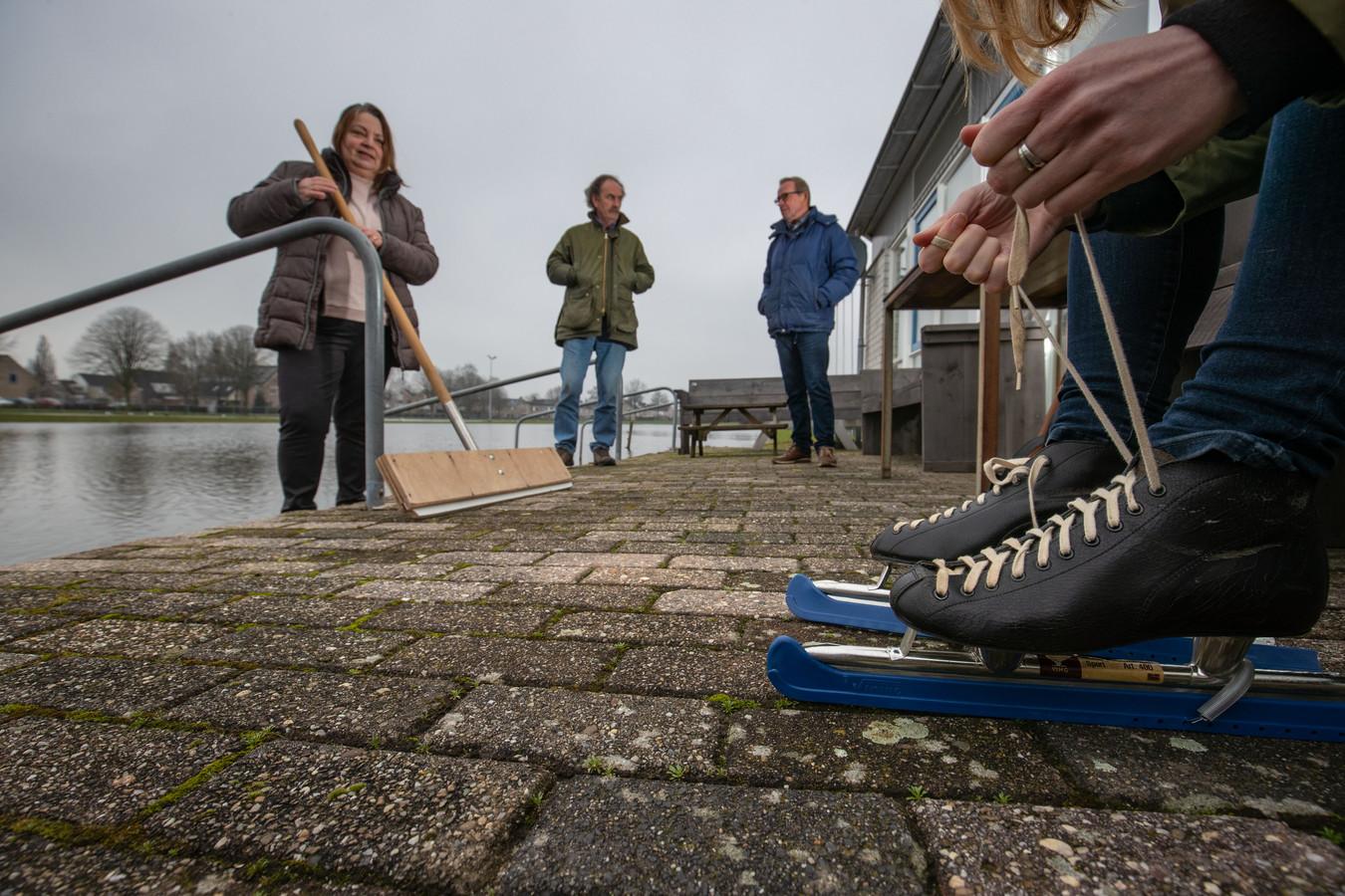 Bestuursleden Ineke Voerman, Henk Bos en Wim Bouhuijs overleggen over de maatregelen die de club neemt om de ijsbaan eventueel volgende week coronaproof te kunnen openen.