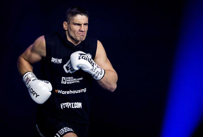 Een getergde Rico Verhoeven stormt naar de ring.