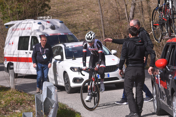 De tegenslag van Sunweb in één beeld: Tom Dumoulin stapt af in de Tirreno Adriatico.