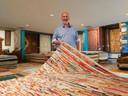 Zaakvoerder Filip Demuynck bij één van zijn tapijten.