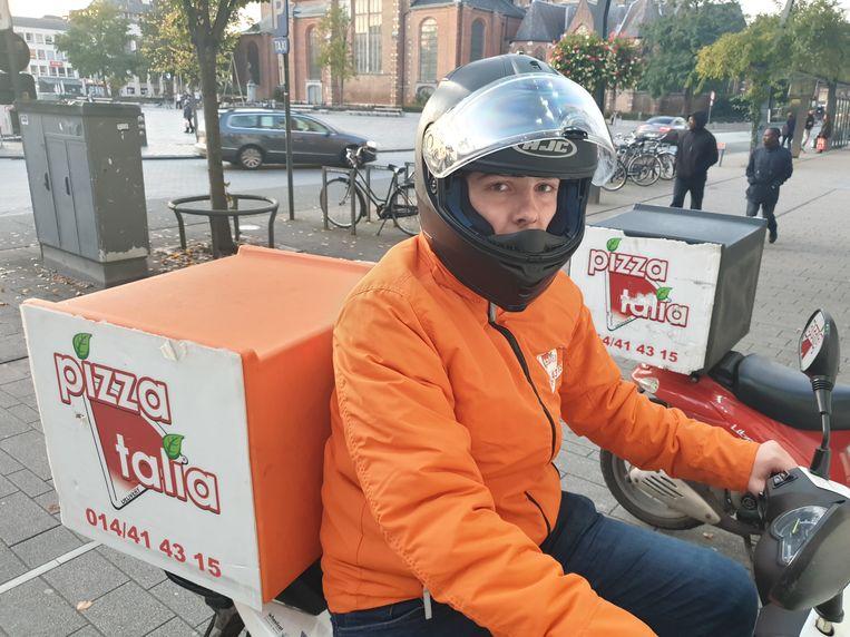 Pizzakoerier Bram (16) kreeg dinsdag rond 23.30 uur een vuistslag tegen zijn helm aan de Steenweg op Antwerpen in Turnhout, ter hoogte van het Gulf-tankstation.