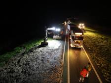 N50 bij Kampen tot in de nacht dicht: opruimen slachtafval is knap lastig karwei