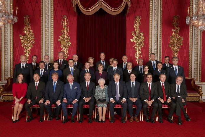 Les dirigeants des pays membres de l'Otan posent pour la photo de famille avec la reine Elizabeth II et le prince Charles.