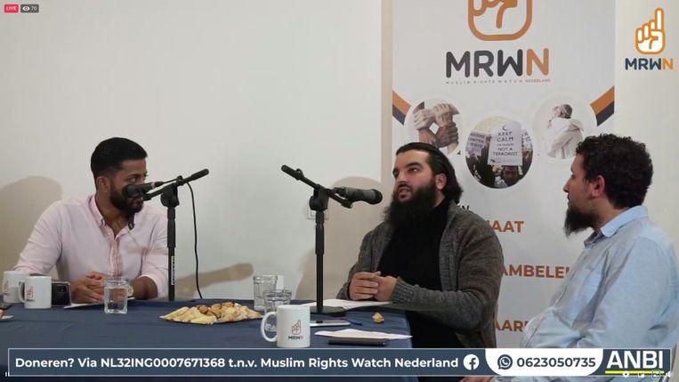 Youssef Arkhouch (midden) en Adil El Kanfoudi (rechts) van Muslim Rights Watch Nederland met een moderator tijdens een uitzending van de belangengroepering vorige maand op Facebook. Beeld Het Parool