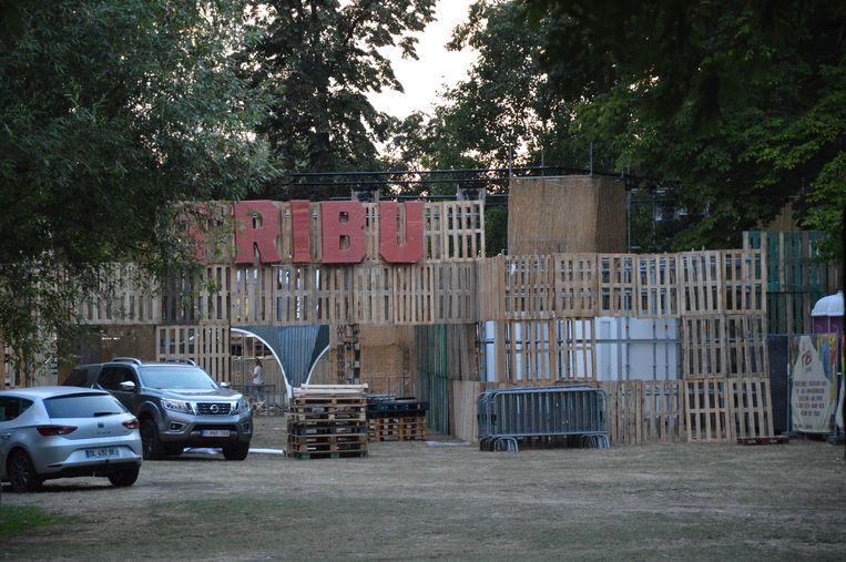 Het palettendorp in opbouw in het stadspark voor Tribù.