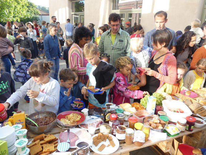 Leerlingen aan het ontbijtbuffet.