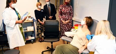 """Koningin Mathilde bezoekt vaccinatiecentrum UAntwerpen en spreekt met vrijwilligers die Covid-19-vaccinatie kregen: """"Koningin stelde me zo gerust dat ik tweede inspuiting niet voelde"""""""