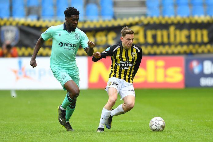 Enzo Cornelisse in duel met Kwasi Wriedt van Willem II.