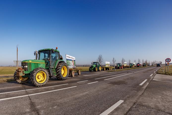 In colonne rijden de ZLTO-boeren met hun trekkers en spandoeken vanuit Zevenbergschen Hoek naar de A16 om ze langs de snelweg te plaatsen.