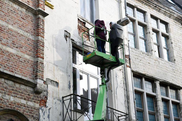 Stukken van de gevel van het pand in de Mechelsestraat komen naar beneden.
