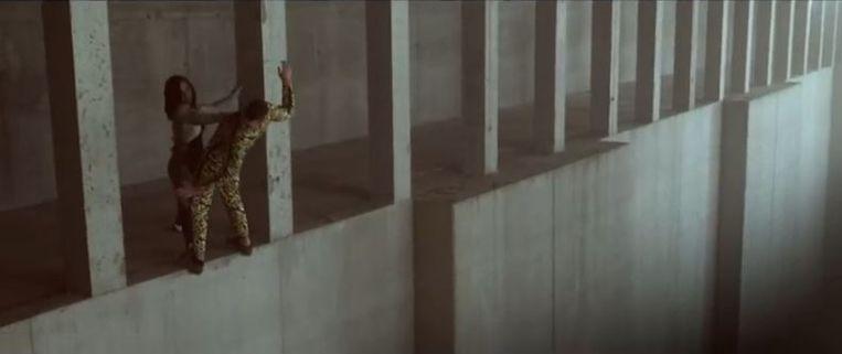 Luke Jessop in de videoclip van 'Ta Fête'. Beeld YouTube/Stromae
