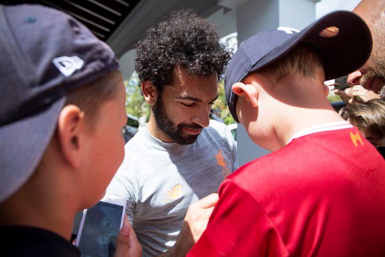 Salah deelt handtekeningen uit aan fans. Beeld EPA