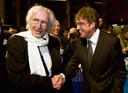 Het Boekenbal werd standaard bezocht door wijlen Harry Mulisch (L), hier begroet door zijn collega Joost Zwagerman (R).