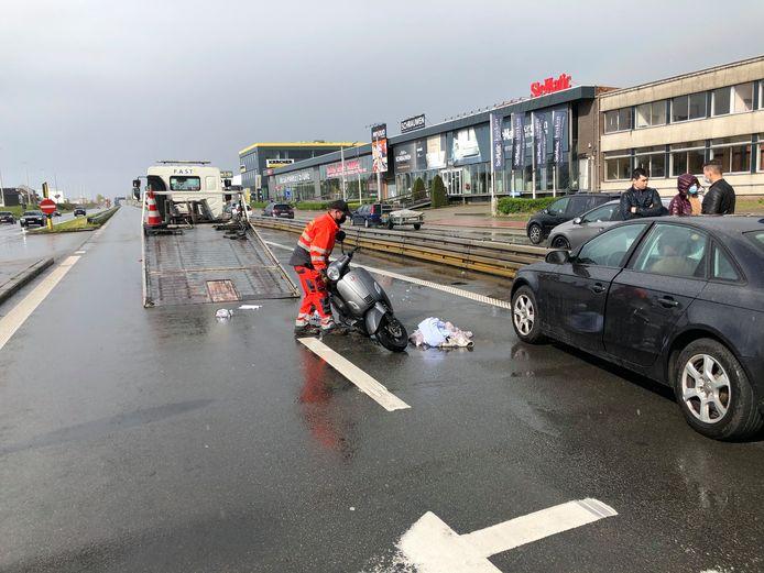 De scooterrijder geraakte zondagnamiddag lichtgewond op de 12.