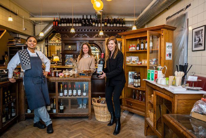 """Petit Restaurant Louise met eigenaresse Loesje Tieleman (rechts), Tess Krijger (midden) en Naomi van Es: ,,Bon appétit."""""""