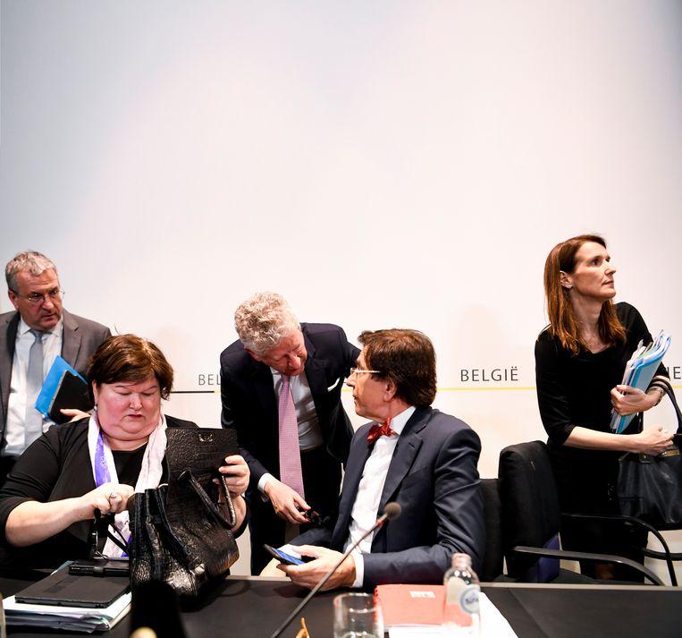 De persconferentie na de veiligheidsraad van 10 maart 2020. Van afstand houden is nog weinig sprake. Beeld ISOPIX