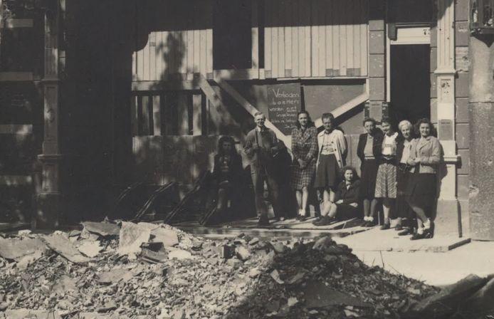 Foto van het personeel van de bibliotheek op de Brink, april 1945. Op de foto van links naar rechts: Connie Hassing, Jan Meister, Bep Vos, Siets Schuring, Betty de Gaay, directrice Annie Timmenga, Corrie van Ommen, mej. Colenbrander en Jenny Visser.