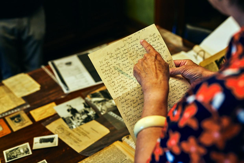 Annie Van Paemel leest de brieven die haar vader Willy verstuurde naar zijn toenmalige geliefde, Yvonne Schollen, vanuit Auschwitz.  Beeld Thomas Nolf