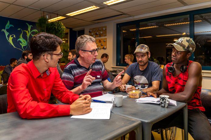 Vluchtelingen krijgen taalles in het Taalcafé van Plan Einstein. Deze opvang is in 2019 gesloten.