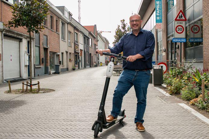 """De elektrische deelsteps doen het goed in Sint-Niklaas, stelt schepen voor Mobiliteit Carl Hanssens vast: """"En we verwachten nog een belangrijke rol voor de steps bij de ingebruikname van de rand- en buurtparkings, als middel om de 'last mile' naar de bestemming te overbruggen."""""""