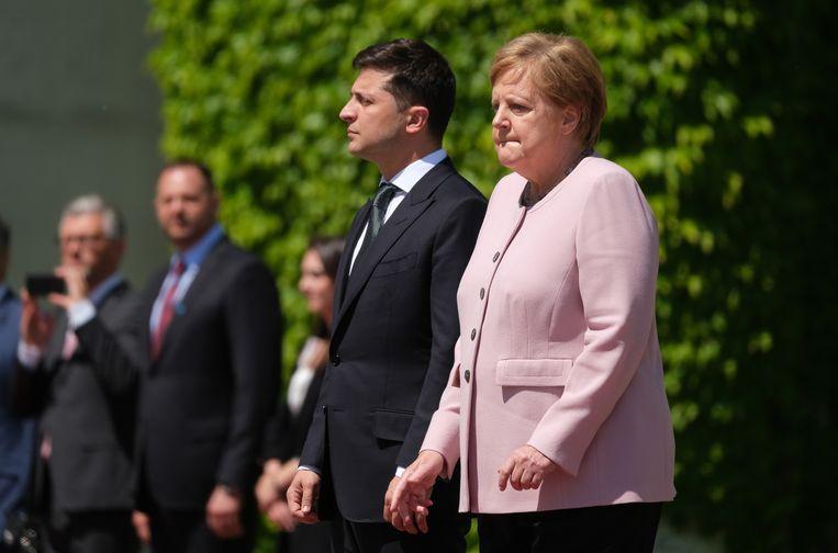 Merkel werd overvallen door een beefaanval terwijl ze naast Volodymyr Zelensky stond. Beeld Getty Images