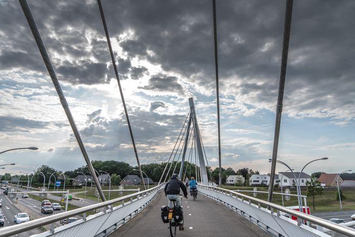 Op de fietsbrug tussen Westenholte en Stadshagen werd zaterdagavond een 18-jarige vrouw belaagd door een groep jongens.