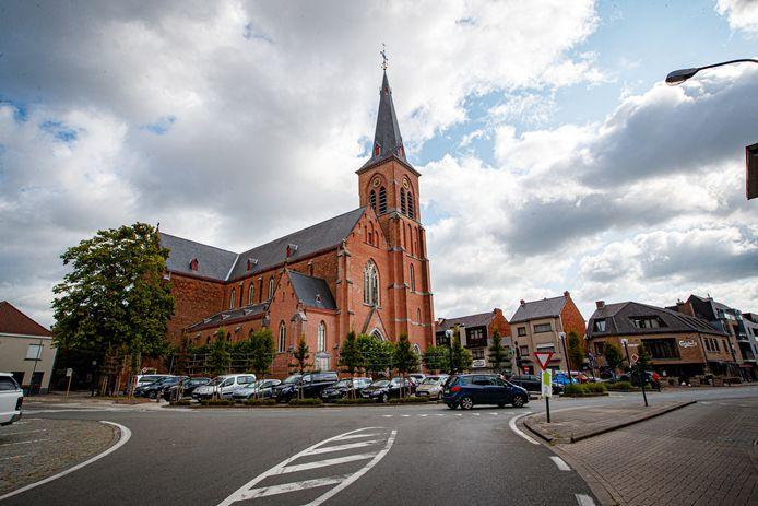 Een zicht vanuit de Hellestraat op de kerk van Knesselare. De Hellestraat krijgt trajectcontrole en De Plaats wordt parkeervrij.