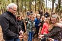 Jos van der Wijst vertelt tijdens een natuurles.