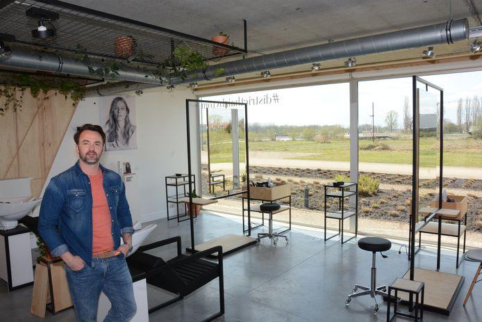 Tom Sneppe opent maandag de deuren van zijn kapsalon op de CNR-site in Rupelmonde. Je kijkt er uit op de Schelde tijdens je bezoek.