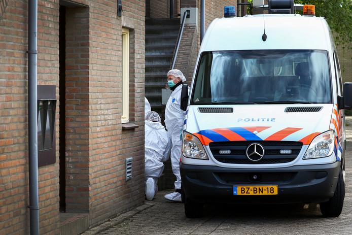 De technische recherche deed gisteren urenlang onderzoek in de woning van Ton L. aan de Zadelmaker in Oud-Beijerland.