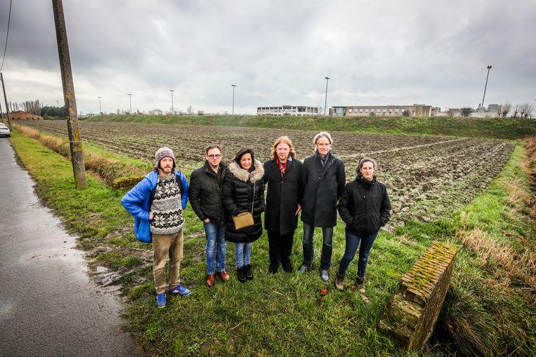 In de Karperstraat, vlak naast de A10, krijgt Charlotte Gysel haar eigen bos.  (vlnr): Benny Verhiest, ouders Johan Gysel en Griet Depreitere, Andy Vermaut, Guido Vandenbroucke en Elke Doornaert.
