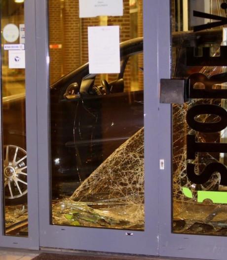 Ramkraak op iStore in Ammerzoden, daders rammen met auto pui van winkel