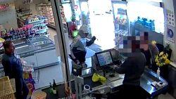 Overvaller excuseert zich bij klanten en kassier terwijl hij kassa plundert