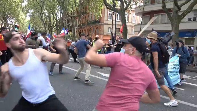 Des débordements entre groupes radicaux d'extrême gauche et d'extrême droite ont eu lieu ce samedi à Toulouse lors d'une manifestation contre le Pass Sanitaire.