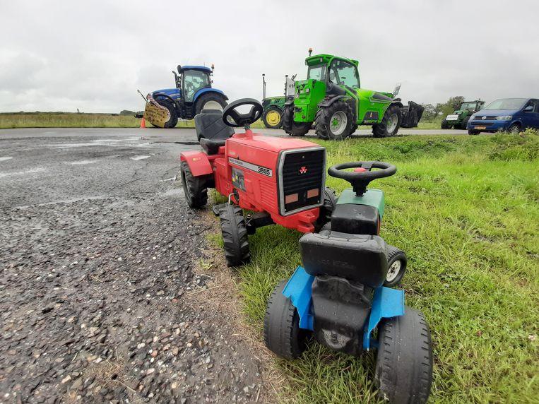 Aan de Molendijk in Kamperland verzamelden ongeveer dertig boeren zich met hun trekkers om te praten met minister Carola Schouten van Landbouw. Beeld PZC