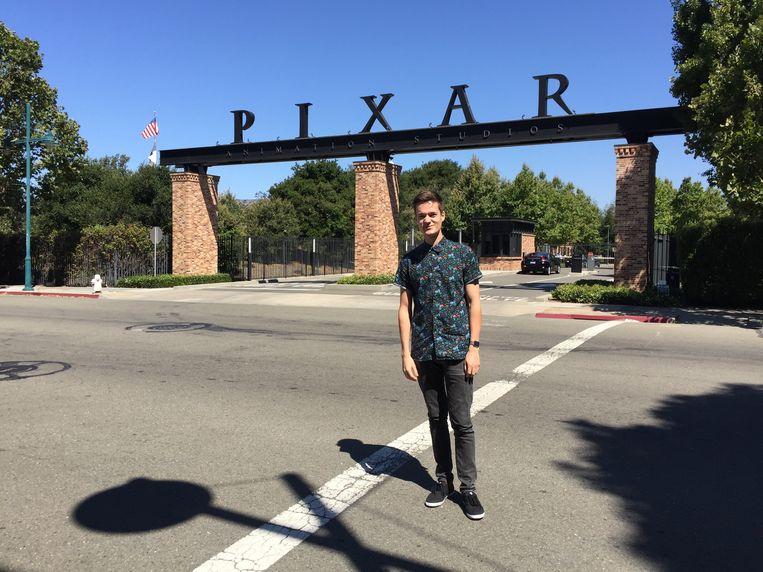 Tuur Stuyck (26) bij de ingang van Pixar Animation Studios in Emeryville. Beeld RV